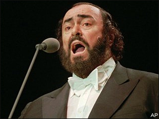 Luciano-Pavarotti-singing